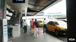 机场外候车处的计程车才是合法的排班计程车(美国之音赵婉成拍摄)