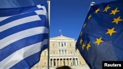 Grčka i zastava EU razvijeni na mitingu ispred parlamenta u Atini, gde neki od učesnika pozivaju vladu da postigne dogovor sa medjunarodnim kreditorima.