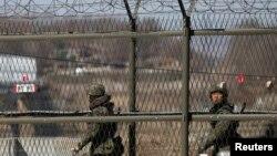 韓國陸軍士兵2013年4月8日在坡州沿著靠近板門店村邊界附近的鐵絲網巡邏。
