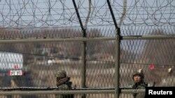 Južnokorejski vojnici patroliraju duž demilitarizovane zone izmedju dve Koreje