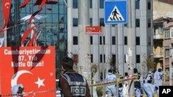 ຕໍາຫລວດພາກັນເກັບກວດ ແລະເຂົ້າຄວບຄຸມສະຖານະການ ຫລັງຈາກເກີດເຫດວາງລະເບີດໃສ່ເຂດນຶ່ງ ຂອງຈະຕຸລັດ Taksim ໃນໃຈກາງນະຄອນອິສຕັງບູລ ຂອງປະເທດເທີກີ ໃນວັນອາທິດ ທີ່ 31 ຕຸລາ.