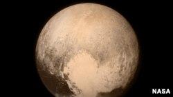 Pluto diambil dari pesawat antariksa New Horizons milik NASA (13/7). Ini foto terakhir dan paling rinci yang dikirim ke Bumi sebelum pesawat itu mencapai posisi terdekat dengan Pluto (14/7).