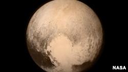 美国宇航局7月13日公布的冥王星图像,这是新视野号从距离76万8千公里处拍摄的。