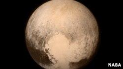ດາວພະຍົມ ຫຼື Pluto ເກືອບເຕັມຂອບຮູບພາບທີ່ຖ່າຍ ຈາກກ້ອງ Long Range Reconnaissance Imager (LORRI) ຢູ່ເຖິງຍານອະວະກາດ New Horizons ຂອງ NASA ໃນວັນທີ 13 ກໍລະກົດ 2015, ເມື່ອຍານບິນຫ່າງຈາກພື້ນດາວ 476,000 ມາຍ (768,000 ກິໂລແມັດ).
