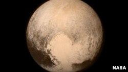 Pluto hampir memenuhi bingkai gambar dari Long Range Reconnaissance Imager (LORRI) yang dimuat dalam wahana angkasa New Horizons milik NASA, dalam foto yang diambil 13 Juli 2015, ketika wahana angkasa ini berada pada jarak 768.000 kilometer dari permukaan planet (foto: NASA/APL/SwRI)