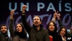 El partido Podemos de Pablo Iglesias (centro) ganó 68 escaños en las recientes elecciones parlamentarias españolas y podría formar gobierno con el PSOE.