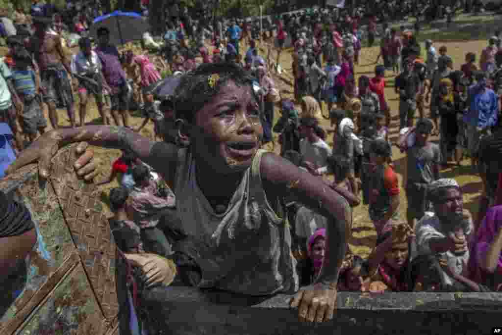 방글라데시 발루칼리난민수용소의 미얀마 소수민족 로힝야족 소년이 구호 식량을 분배하는 트럭 위에 올라탔다.