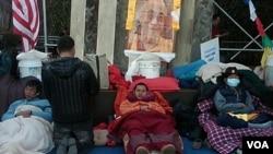 Tiga orang aktivis Tibet yang melakukan mogok makan di luar markas PBB di New York.
