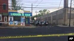 Esta fotografía proporcionada por 3 CBS Philadelphia muestra a la policía inspeccionando el lugar de un tiroteo en Trenton, Nueva Jersey, el sábado 25 de mayo de 2019.