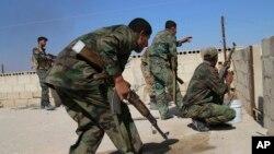Tentara Suriah mengambil posisi saat bentrokan dengan pemberontak di provinsi Hama (foto: dok).