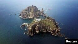 Nhóm đảo Dokdo, hay Takeshima, là trung tâm của cuộc tranh chấp lãnh thổ kéo dài nhiều thập niên giữa Hàn Quốc và Nhật Bản.