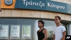 Người Hy Lạp đã rút ra khoảng 700 triệu euro hôm thứ Hai, 17/5/2012