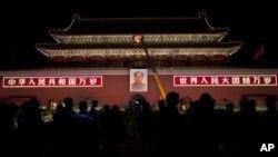 北京天安門掛上了新的毛主席畫像