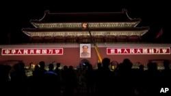 北京天安门挂上了新的毛主席画像