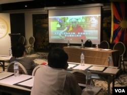 达赖喇嘛在会议中发表谈话(美国之音张永泰拍摄)