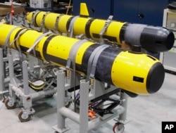 FILE - Par bespilotnih podvodnih vozila (UUV) fotografisanih u laboratoriji u Mornaričkoj podmorničkoj ratnoj bazi u Midltaunu