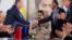 El jefe de la petrolera estatal rusa Rosneft, Igor Sechin, (izq) ssaluda al ministro del Petróleo de Venezuela y presidente de la estatal PDVSA, Manuel Quevedo, frente al presidente venezolano, Nicolás Maduro, en Maiquetía, Venezuela. 16 diciembre 2017.