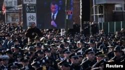 Tại tang lễ của đồng nghiệp Rafael Ramos, nhiều sĩ quan Sở Cảnh sát New York đã ngoảnh mặt quay lưng trước Thị trưởng Bill De Blasio khi ông phát biểu, ngày 27 tháng 12, 2014.