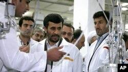 나탄즈 우라늄 농축시설을 방문해 현지 전문가로부터 설명을 듣고 있는 마무드 아마디네자드 이란 대통령(자료사진)