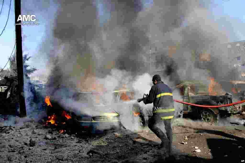 در این تصویر شهروند-خبرنگاری، مامور آتش نشانی سعی در خاموش کردن شعله هایی دارد که یک اتومبیل را فراگرفته. آتش سوزی پس از حمله نیروهای دولتی به شهر حلب رخ داد. ۲۲ دسامبر