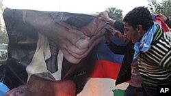 黎巴嫩代總理哈里里的遜尼派穆斯林支持者焚燒前總理米卡提的畫像