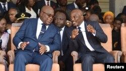 Président Félix Tshsiekedi (G) na mokonzi ya kala Joseph Kabila na bopesani bokonzi na Palais de la nation, Kinshasa, 24 janvier 2019.