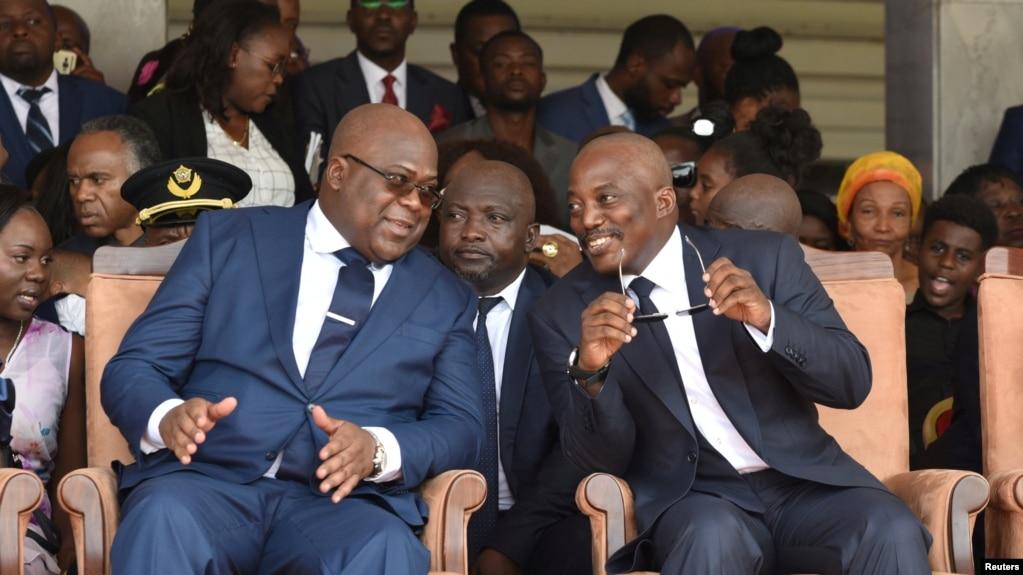 Le président sortant Joseph Kabila, à droite, et son succésseur Félix Tshsiekedi lors de l'investiture au Palais de la nation, Kinshasa, 24 janvier 2019.
