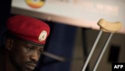 Le rappeur-député ougandais Robert Kyagulanyi, plus connu sous le nom de Bobi Wine, donne une conférence de presse à Washington le 6 septembre 2018.