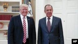 Predsednik SAD Donald Tramp dočeko ruskog šefa diplomatije Sergeja Lavrova u Beloj kući, 10. maj 2017.