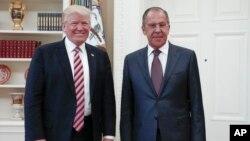 Presiden AS Donald Trump menerima Menlu Rusia Sergei Lavrov (kanan) di Gedung Putih, Rabu (10/5).