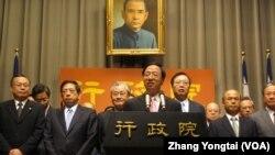 台湾行政院长江宜桦率领阁员反驳倒阁案(美国之音张永泰拍摄)
