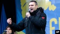 Juara dunia tinju kelas berat WBC, Vitali Klitschko saat memimpin protes anti pemerintah di Kiev, Ukraina (8/12).