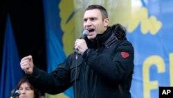 Muhalefet lideri Vitali Klitçko Kiev'de göstericilerin işgal ettiği meydanda konuşma yaparken