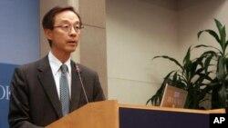 8일 워싱턴의 브루킹스연구소에서 열린 포럼에서 연설하는 한승주 전 한국 외무장관