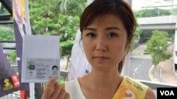 袁彌明展示以影印本身份證獲准投票 (美國之音 湯惠芸拍攝)