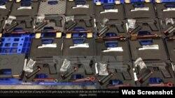Lô vũ khí gồm 94 khẩu súng ngắn quân dụng và 472 băng đạn chưa sử dụng. (Ảnh chụp từ màn hình website vietnamplus.vn).