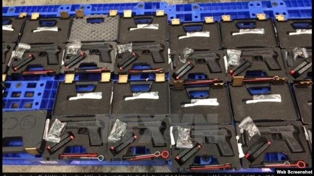 Lô vũ khí gồm 94 khẩu súng ngắn quân dụng và 472 băng đạn chưa sử dụng. (Ảnh chụp từ website Vietnamplus).