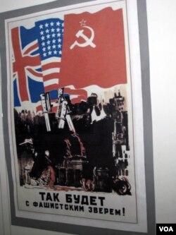 美国、英国和苏联在二战中曾密切合作。苏联当年三国合作打击法西斯的宣传画(美国之音白桦拍摄)
