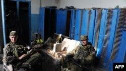 在顿涅茨克国际机场,亲俄武装分离分子在休息