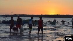Suasana matahari terbenam di kota nelayan Masinloc, Filipina (Foto: dok).