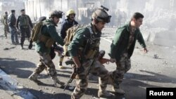 Para tentara mengangkat korban yang terluka dalam serangan pembom bunuh siri di Kirkuk, Irak, awal Februari lalu (Foto: dok). Serangan di Irak meningkat dalam beberapa pekan terakhir.
