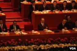 中共元老江泽民和其他中共领导人在十八大前排的主席台上(美国之音 记者东方拍摄)