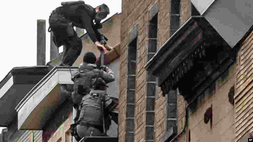 Les forces d'intervention spéciales belges montent sur un toit lors d'une perquisition à Molenbeek, à Bruxelles, 16 novembre 2015.