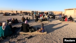 Warga Suriah yang menghindari kekerasan oleh kelompok militan ISIS di Raqqa dan Deir al-Zor, mengungsi ke kawasan Ras al-Ain, Suriah (foto: dok).