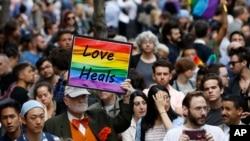 Doa bersama dan memorial untuk para korban pembantaian di Orlando, Florida, di Stonewall Inn, New York (13/6) (AP/Kathy Willens)