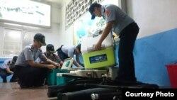 警方检查嫌疑人像证据,2016年5月24日。( 照片由台湾金门巡防局提供)