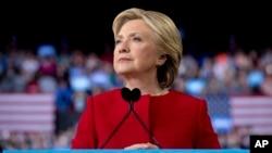 ຜູ້ລົງແຂ່ງຂັນເອົາຕຳແໜ່ງປະທານາທິບໍດີ ຈາກພັກເດໂມ ແຄຣັດ ທ່ານນາງ Hillary Clinton ຢຸດເວົ້າ ໃນລະຫວ່າງ ການໃຫ້ຄຳປາໄສໃນນະຄອນ Raleigh, ລັດ North Carolina. 8 ພະຈິກ, 2016.
