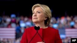 希拉里·克林顿在北卡罗来纳州发表竞选讲话时稍作停顿(2016年11月8日)