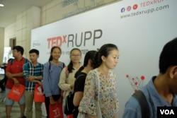 និស្សិតកំពុងតម្រង់ជួរចាំចុះឈ្មោះចូលស្តាប់កម្មវិធី TedxRUPP ក្នុងរាជធានីភ្នំពេញកាលពីថ្ងៃទី ០៩ មិថុនា ឆ្នាំ២០១៩។(ទុំ ម្លិះ/វីអូអេ)