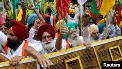 Petani meneriakkan slogan-slogan saat berlangsungnya aksi protes duduk menentang undang-undang pertanian, dekat gedung parlemen, di New Delhi, India, 22 Juli 2021. (REUTERS/Adnan Abidi)